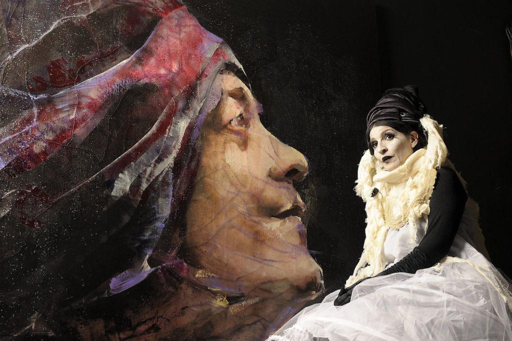 Lita Cabellut disfrazada de uno de los personajes que crea antes de inmortalizarlos en sus telas