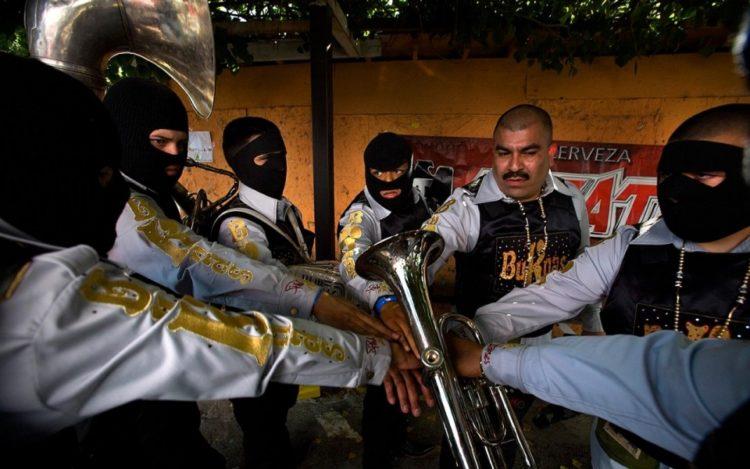 La banda Buknas de Culiacan se prepara para actuar en 2010. La banda interpreta Narco Corridos, un género que se ha vuelto muy popular.