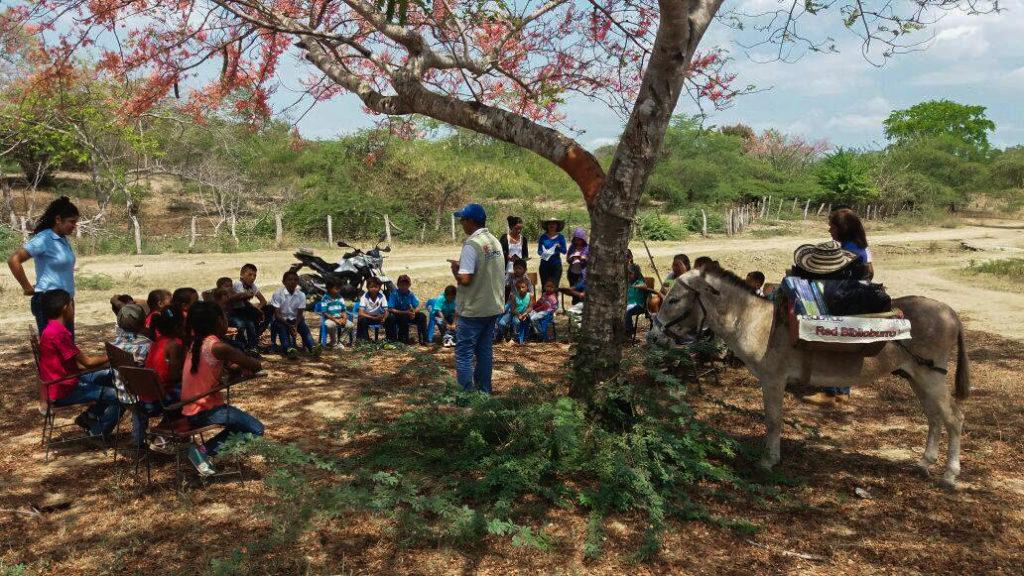 A la sombra de un árbol, Luis Soriano imparte clases