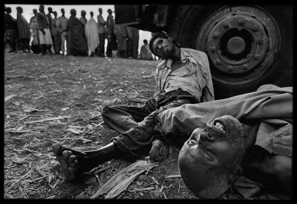 James-Nachtwey-Refugees lined up to receive medical assistance in Zaire. Some died while they waited, Zaire, 1994.© James Nachtwey
