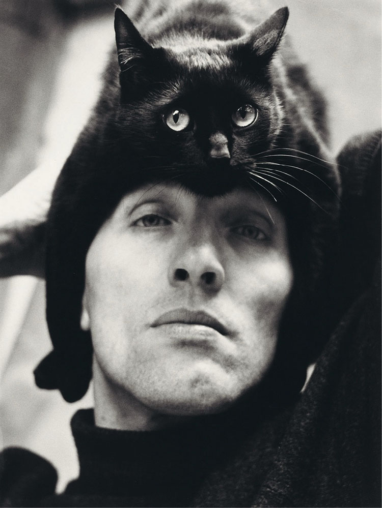 retratos-de-artistas-famosos-con-sus-gatos-07