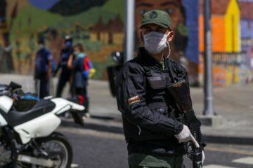 Un miembro de la Guardia Nacional Bolivariana bloquea una Avenida usando una máscara como medida de precaución ante la expansión del nuevo coronavirus, COVID-19, en Caracas, Marzo 17, 2020 - (Foto de Cristian Hernandez / AFP)
